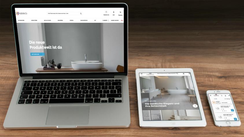 Ein Laptop, ein Ipad und ein Iphone sind nebeneinander aufgestellt