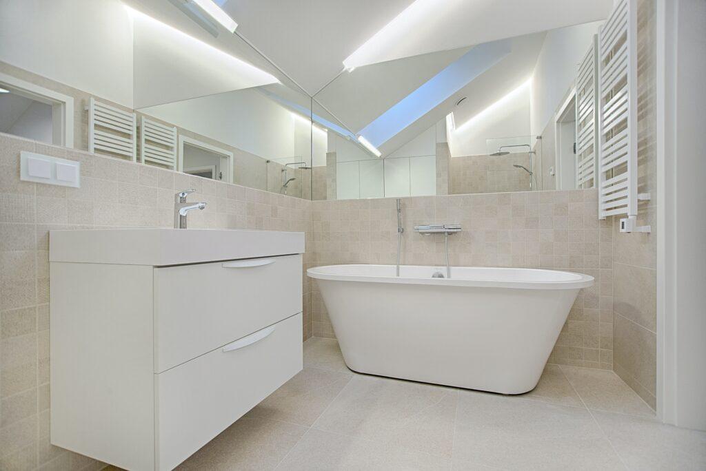 Kleines Badezimmer mit grossem Spiegel