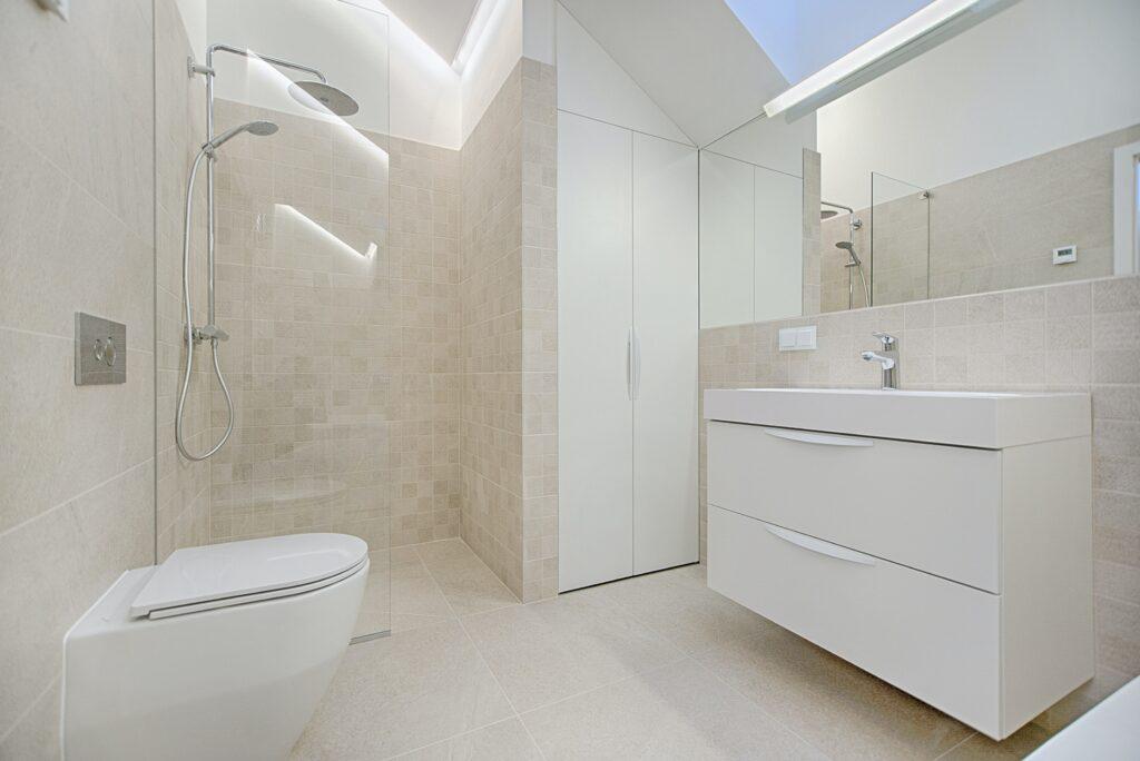 Kleines Badezimmer mit offener Dusche