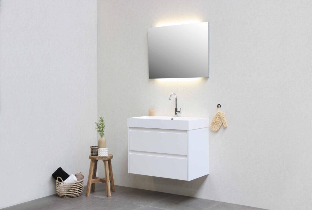 Hängende, moderne Badezimmermöbel mit grossflächigen Fliessen.
