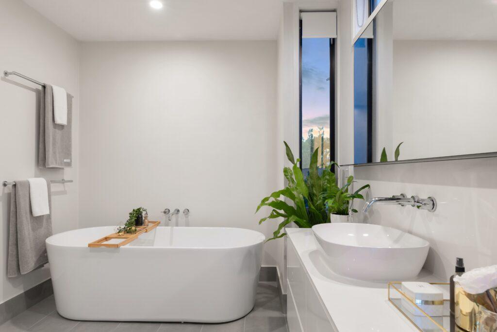 Moderne Badezimmer Einrichtung mit freistehender Badewanne.