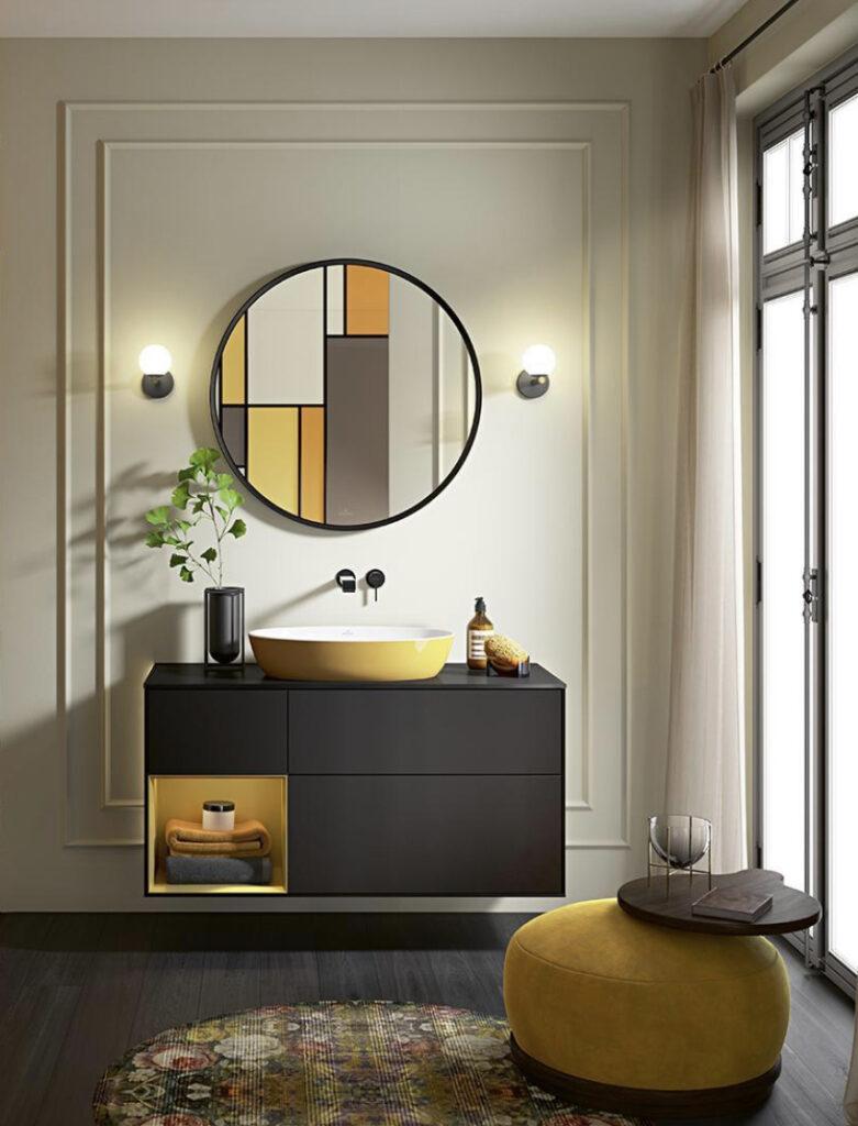 Badezimmer mit gelbem Waschbecken