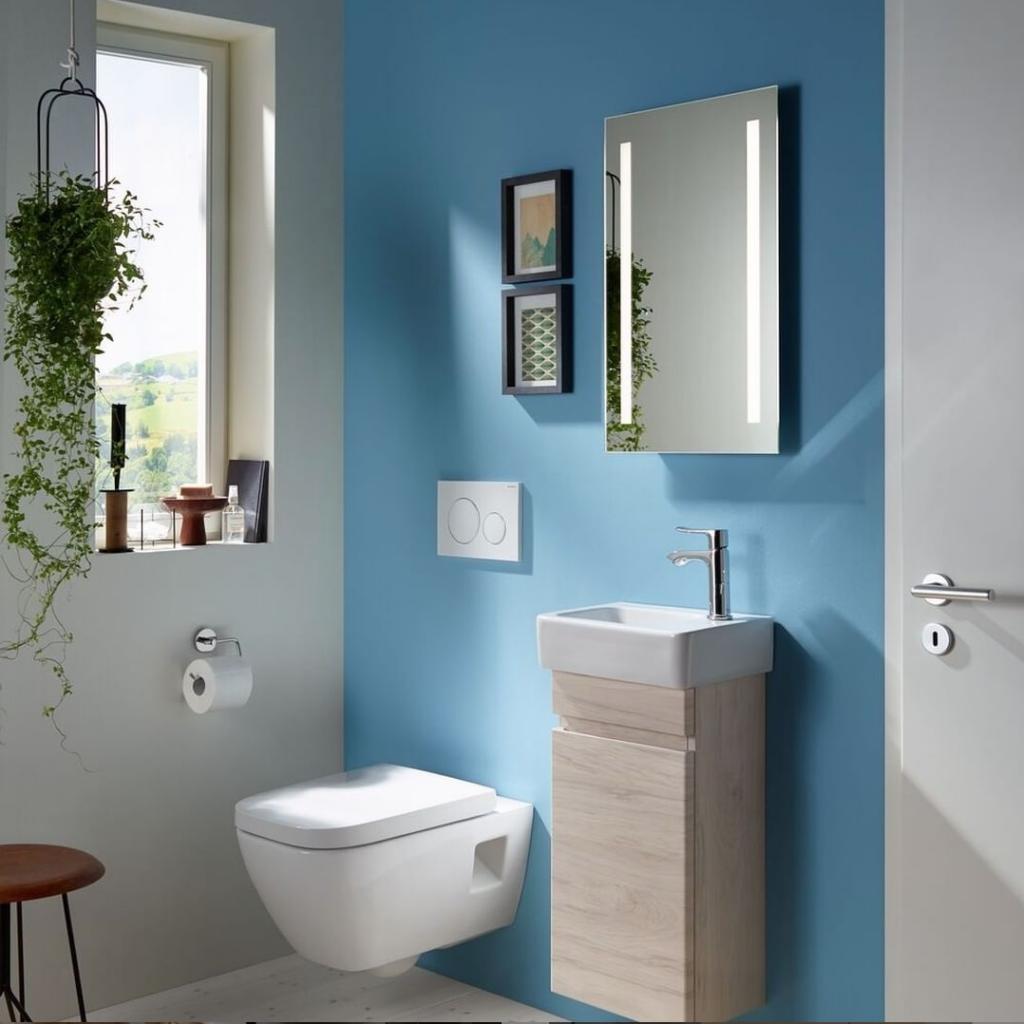 Hellblaues Badezimmer mit Holzelementen