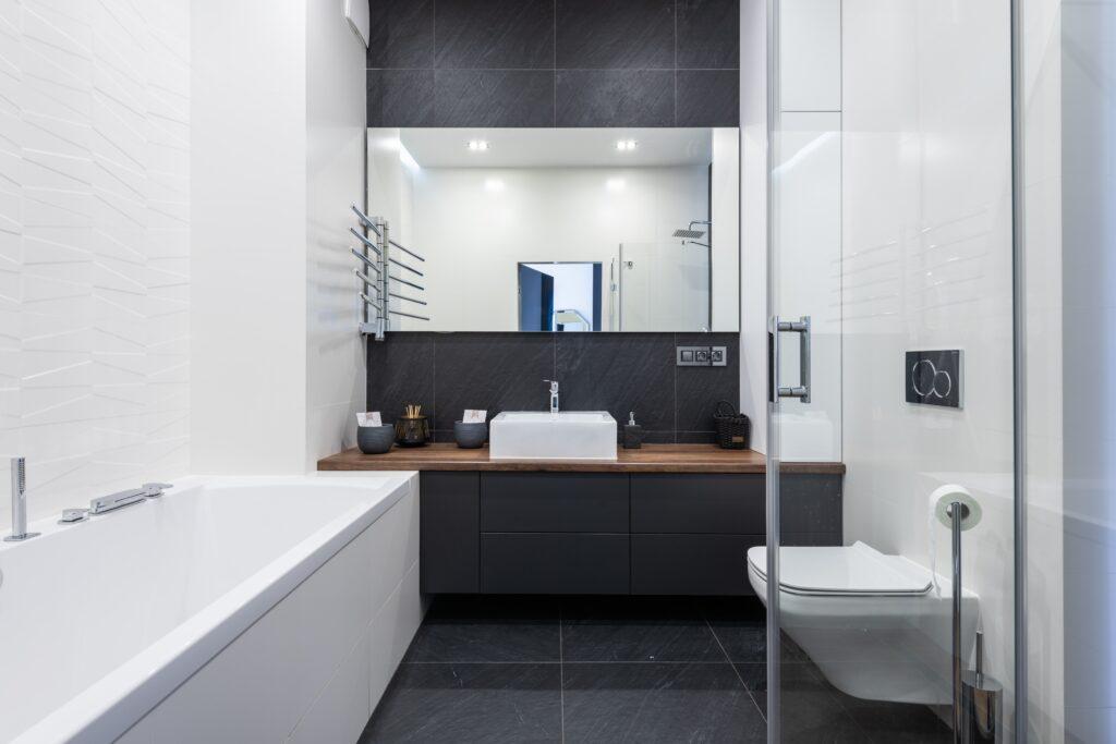 Moderne Badezimmer Einrichtung mit schwarz-weiss Kontrasten.