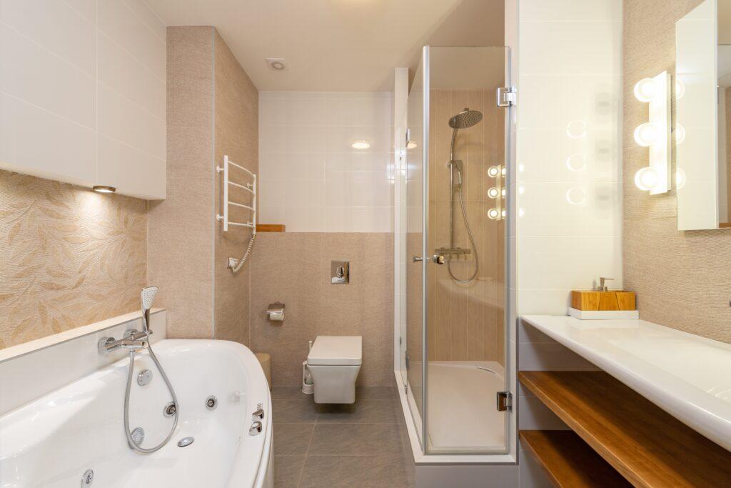 Badezimmer in Sandfarben und Holzelementen